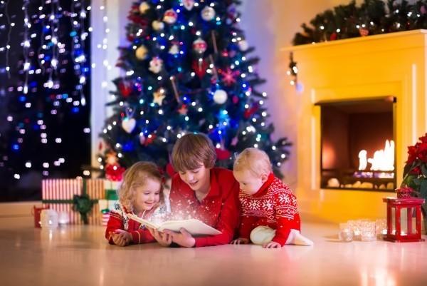 weihnachtsbeleuchtung funkelnde lichter kind adventskranz