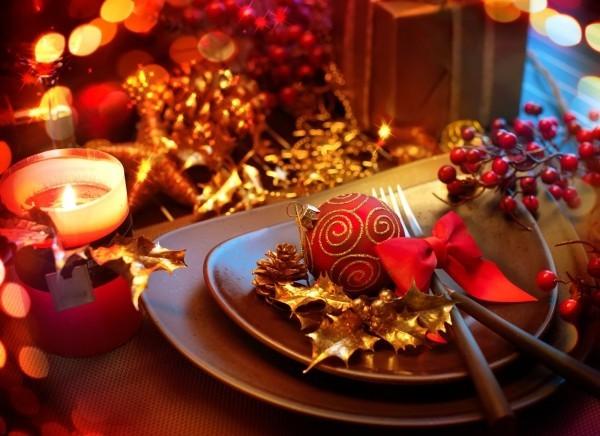 weihnachtstischdeko-christbaumkugel-rote-schleife-goldenestachelpalme