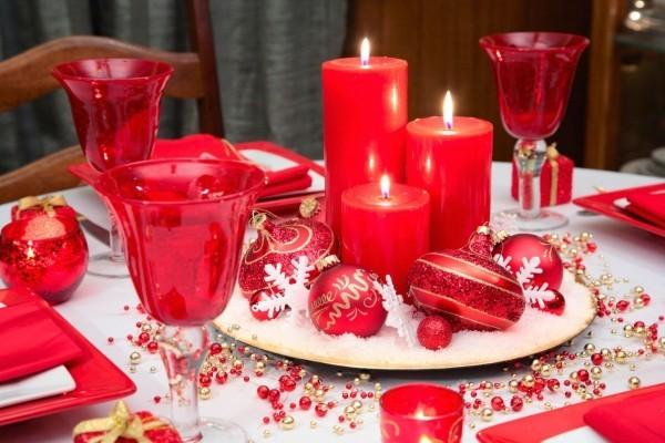 weihnachtstischdeko-rot-weihnachtskugeln-arrangieren