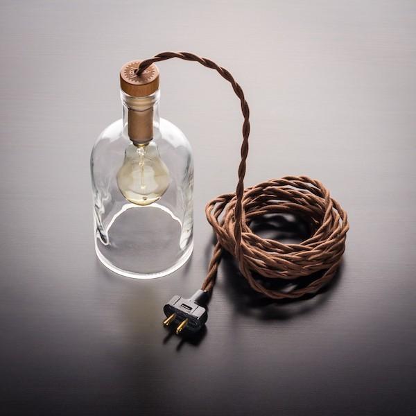 weinflasche als flaschenlampe mit kabel und gluehbirne