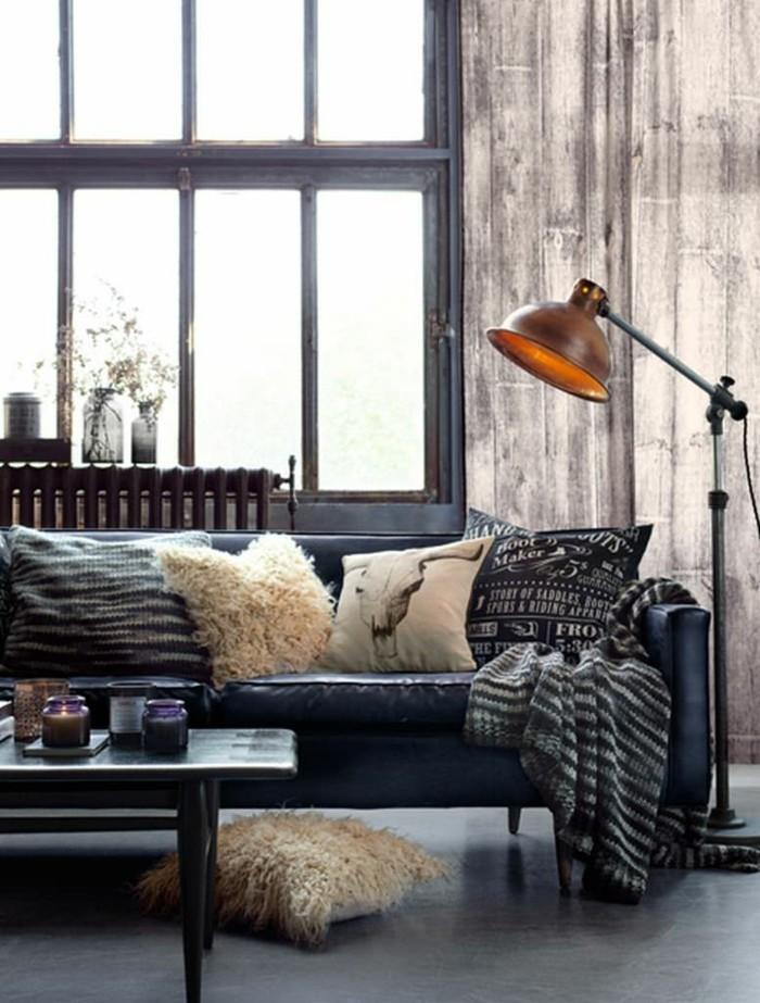 wohnzimmer lampe industrielle stehlampe und viele dekokissen