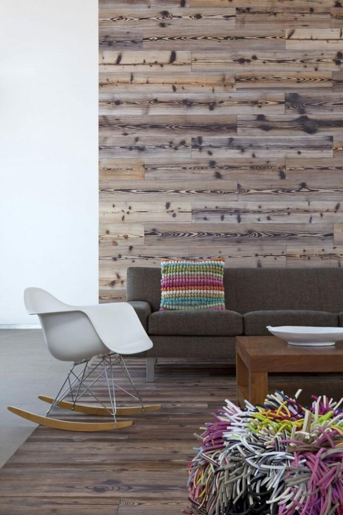 wohnzimmer mit rustikaler wand schaukelstuhl und farbigen akzenten