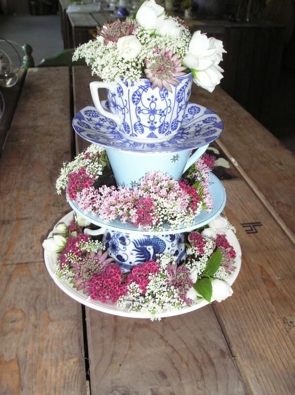 Cupcake Etagere ornamentiert mit Pflanzen