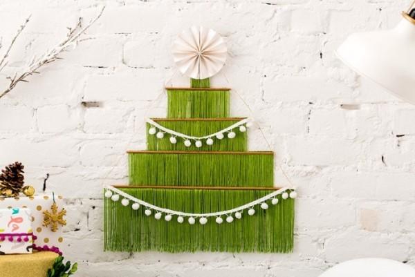 DIY Weihnachtsbaum Bastelideen fransen gruen wand