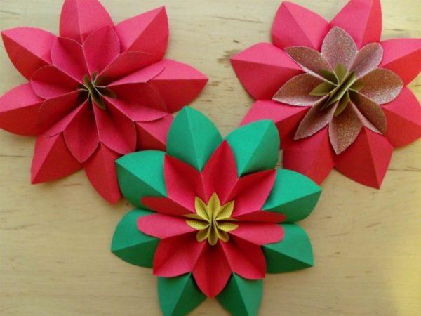 Dekoration in weihnachtlichen Farben basteln mit Papier