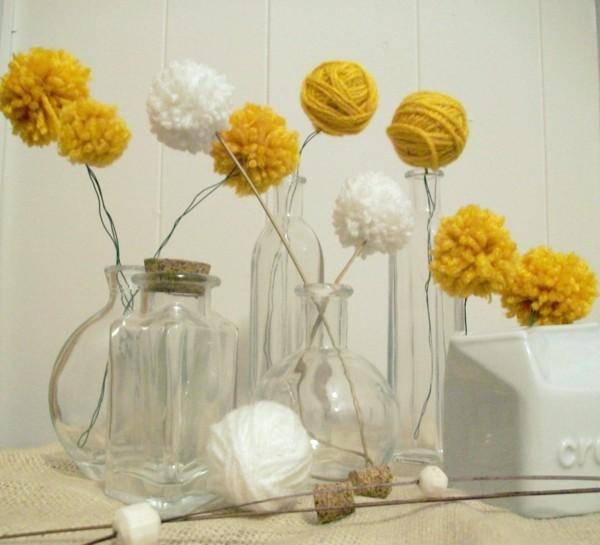 Dekoration mit Vasen und Pom Poms