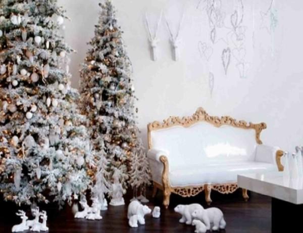 Dekorierte Weihnachtsbäume für die Wohnzimmergestaltung