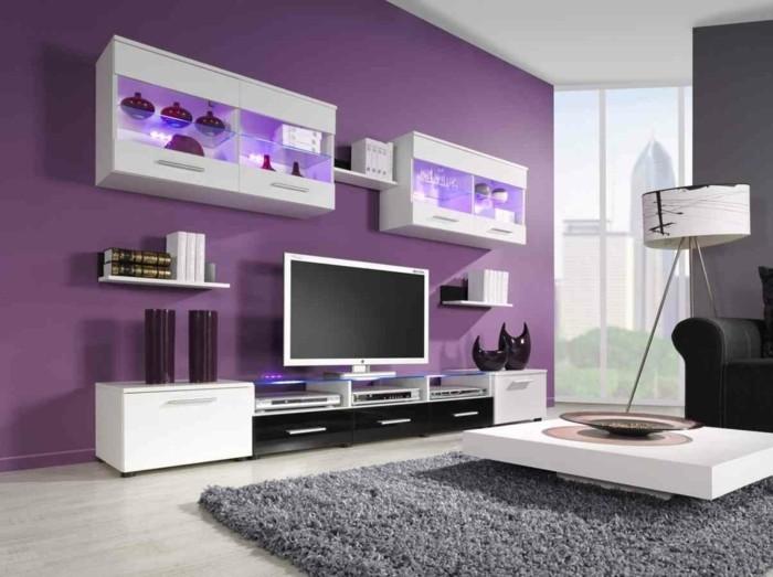 Die Farbe Lila akzentwand grauer teppich weiße wohnzimmermöbel