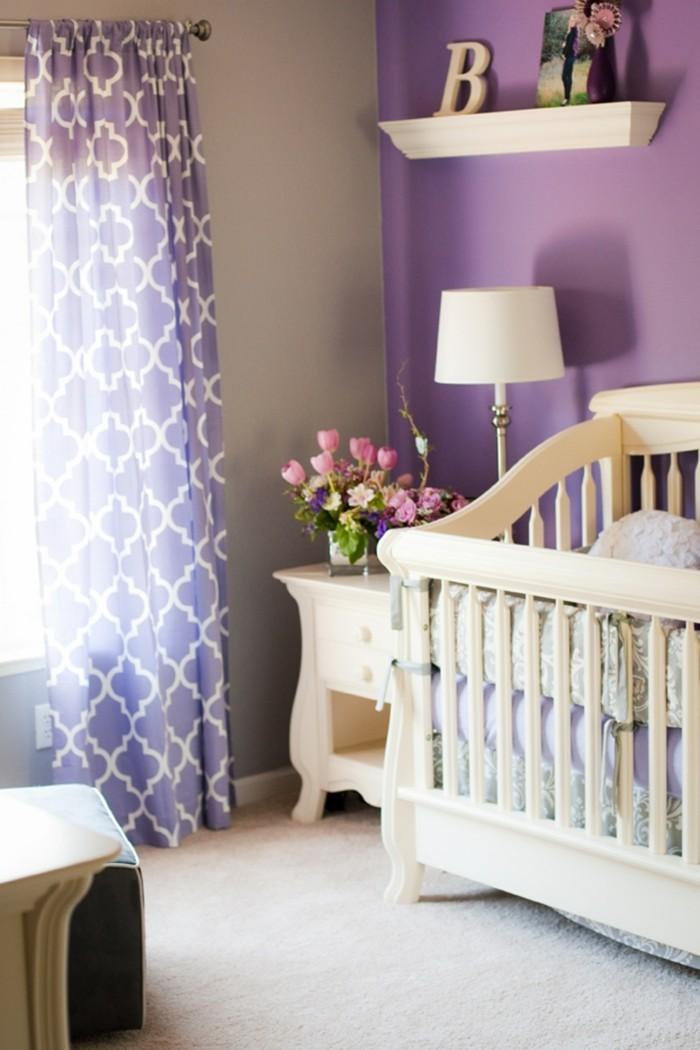 Die Farbe Lila akzentwand lila babyzimmer teppichboden