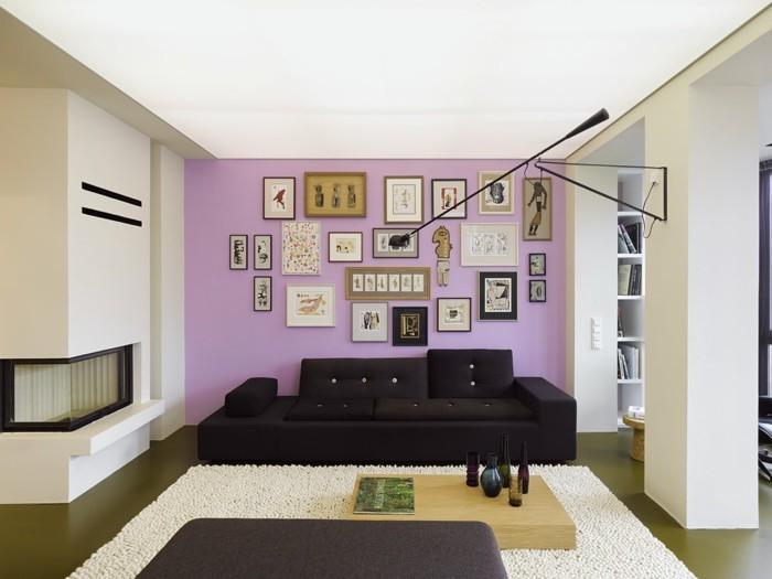 Die Farbe Lila akzentwand schwarzes sofa wohnzimmer