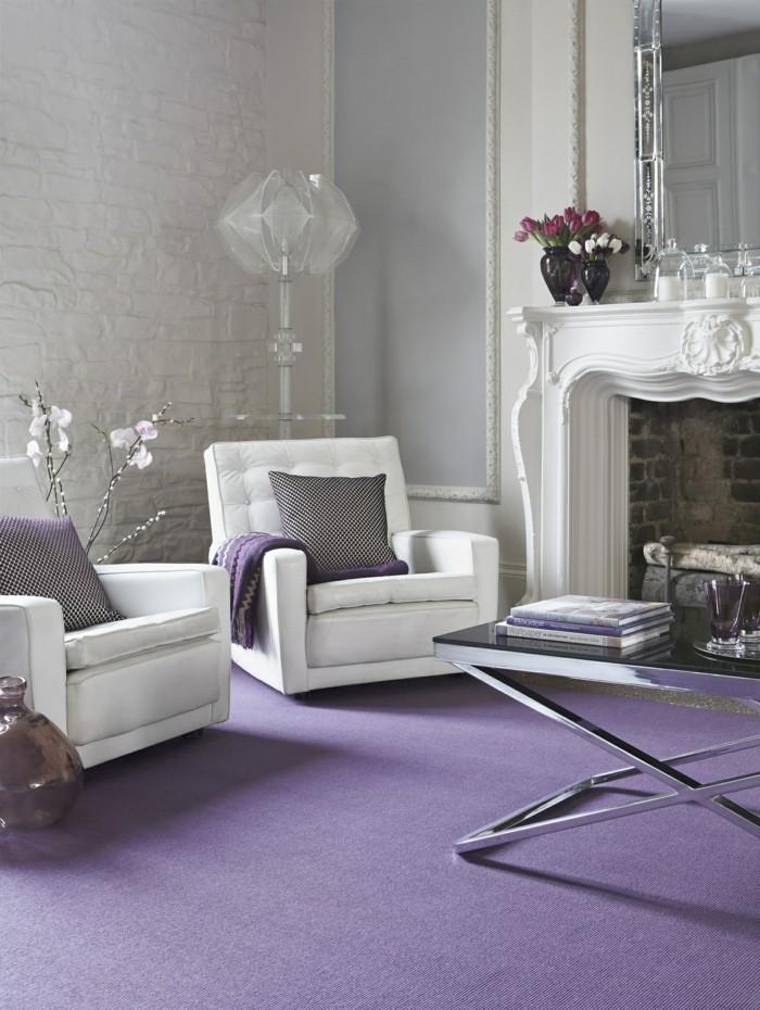 Die Farbe Lila lila teppich weiße wohnzimmermöbel kamin