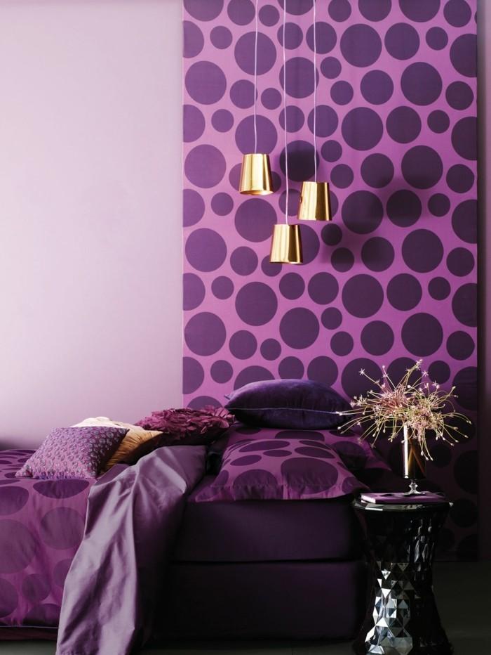 Die Farbe Lila schöne tapete hängelampen schwarzer beistelltisch