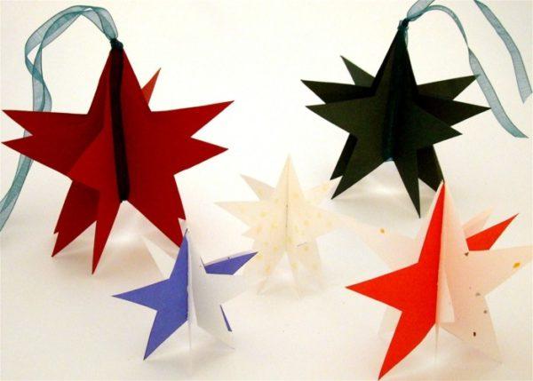 Einfache Sterne basteln aus Papier in verschiedenen Farben