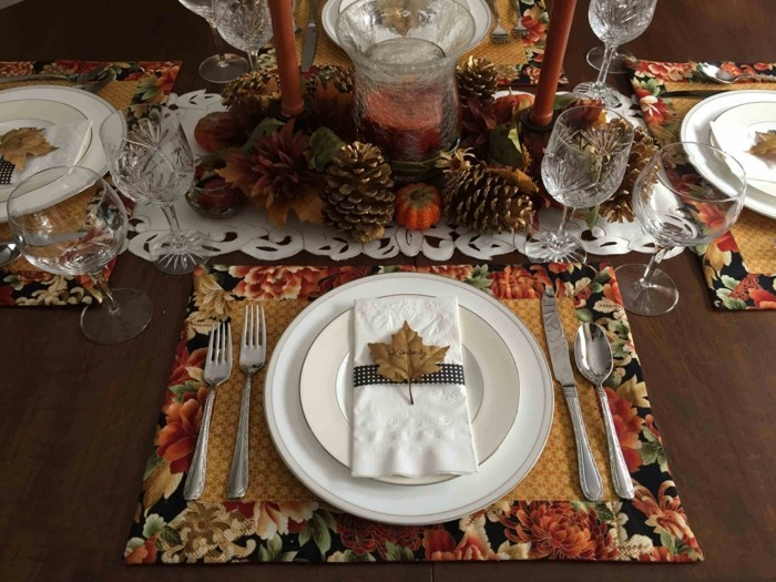 Einfache selbstgemachte Tischset mit Herbstblatt
