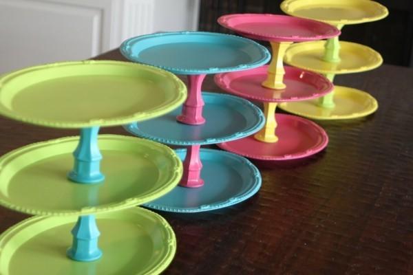 Etageren aus farbigen Tellern