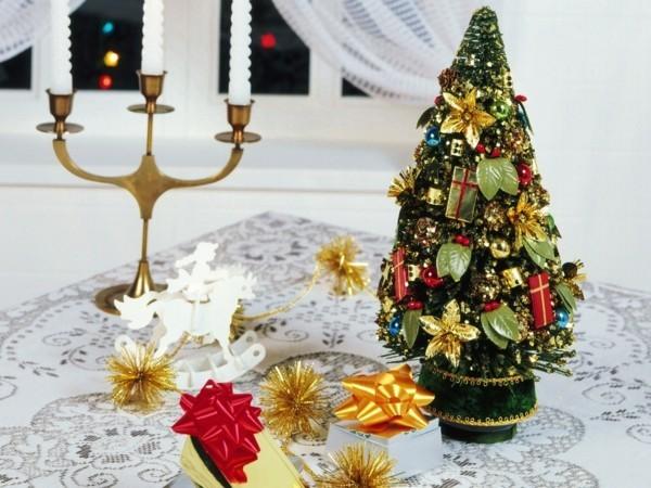 Farbige selbstgemachte Dekoration für Weihnachten