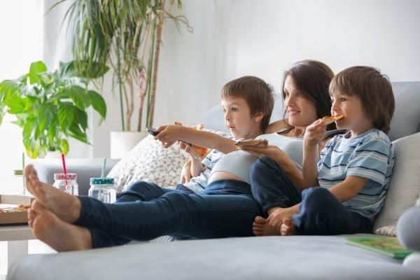 Gemütlichkeit zu Hause auf der Couch