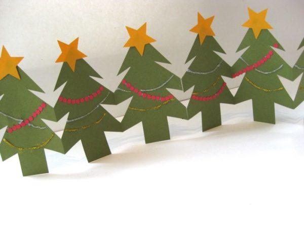 Girlande aus kleinen Tannenbäumen basteln mit Papier