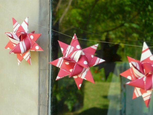 Girlande mit Papier Sternen in rotem Papier Weihnachtsbasteln