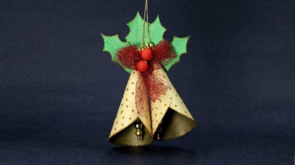 Goldene Glocken mit grünen Blättern Weihnachtsbasteln mit Papier