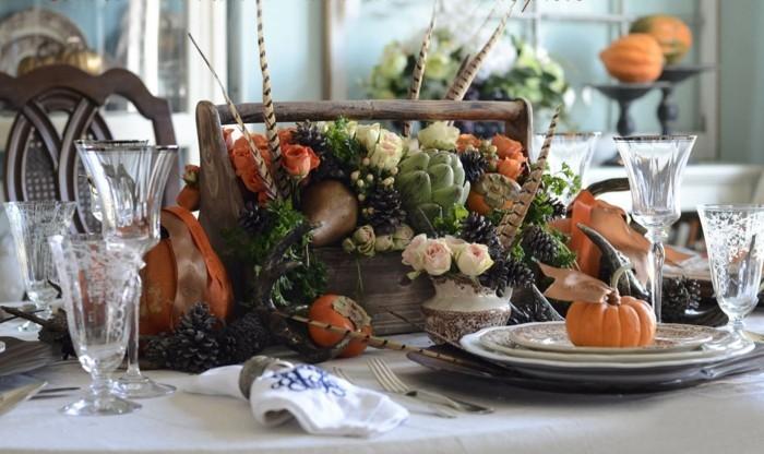 Herbstliche Tischdekoration mit Kürbissen in jedem Teller