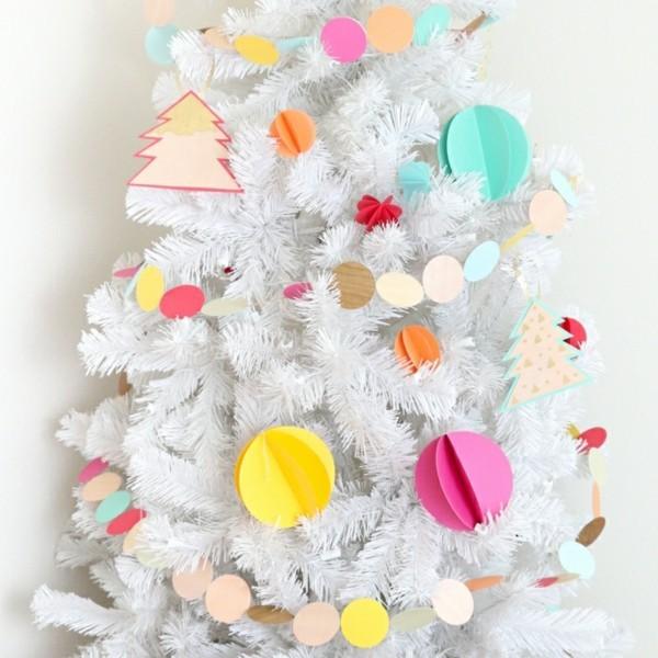 Künstlicher Tannenbaum mit Weihnachtsdekoration selber machen