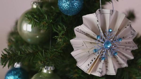 Papiersterne und anderen Schmuck für Weihnachten