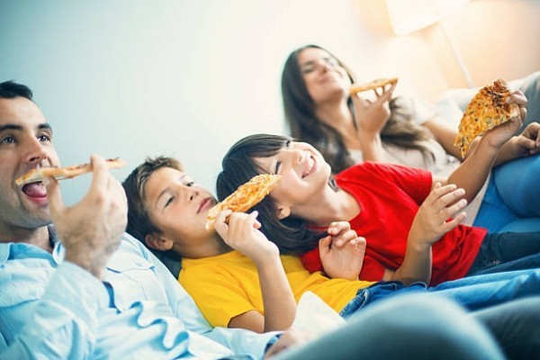 Pizza essen Freitagabend Familienkreis gute Laune