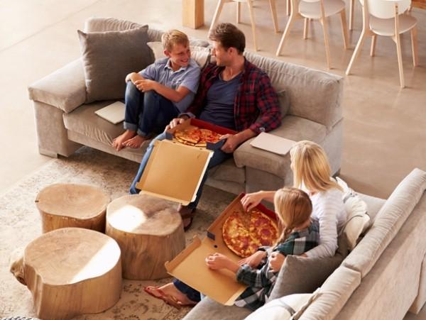 Pizza essen zu Hause gemütlich
