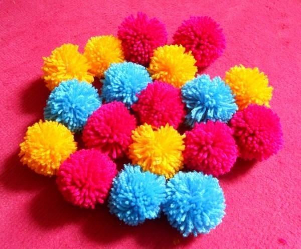 Pom Poms in verschiedenen grellen Farben