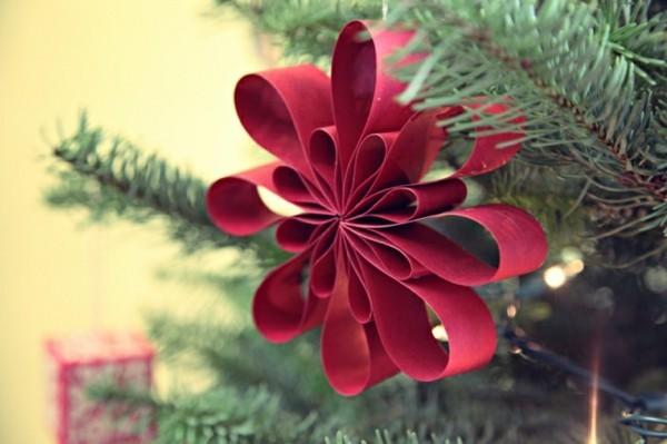 Rote Weihnachtsbaum Dekoration aus Papier selber machen