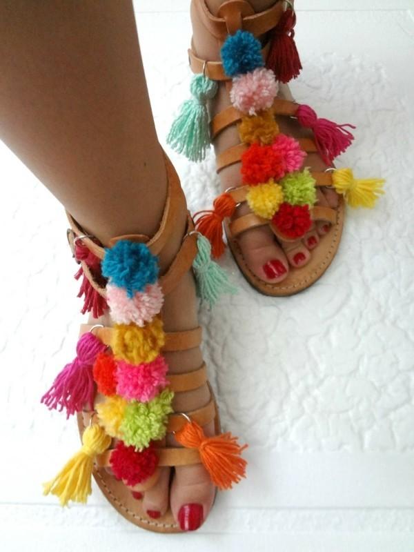 Sandalen mit Pompon Deko