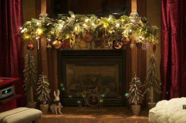 Selbstgemachte Kamin Deko mit Tannenzweigen und Weihnachtskugeln