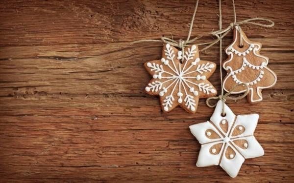 Sterne DIY Weihnachtsdeko vor einem Holz Hintergrund