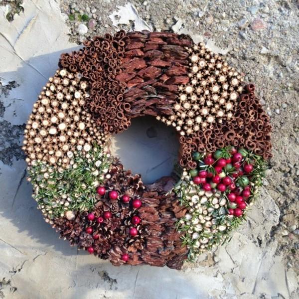 Türdeko zu Weihnachten verschiedene Naturgaben