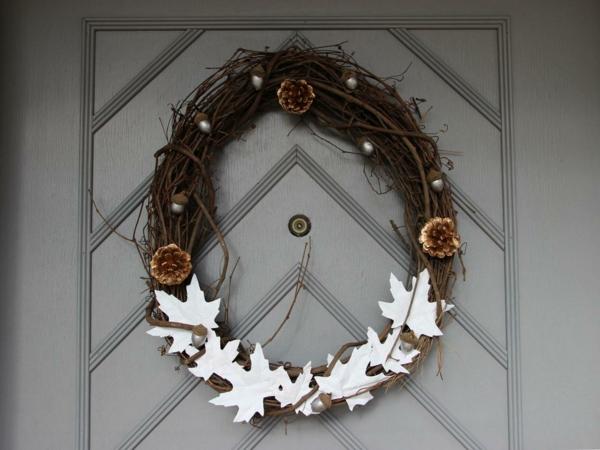 Türkranz aus Holz mit weißen dekorativen Figuren