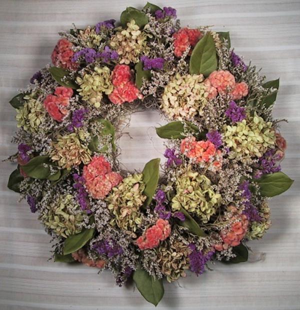 Türkranz mit Pflanzen in hellen Pastellfarben