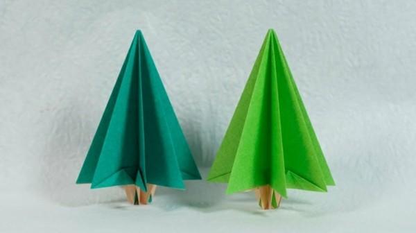 Tannenbäume in zwei verschiedenen grünen Schattierungen selber machen