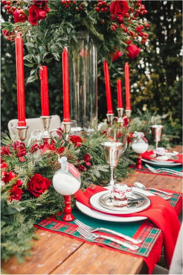 Tannenbäume und andere Tischdekoration in Rot und Grün