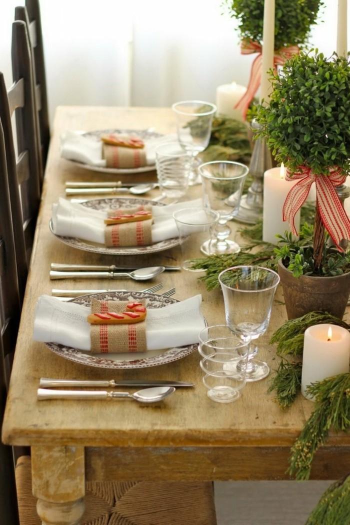 Tischdekoration in Grün mit Vasen und anderen Gaben der Natur