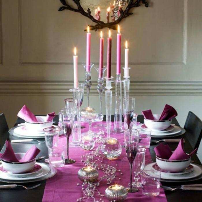 Tischdekoration in weiß und lila mit wenigen Naturgaben