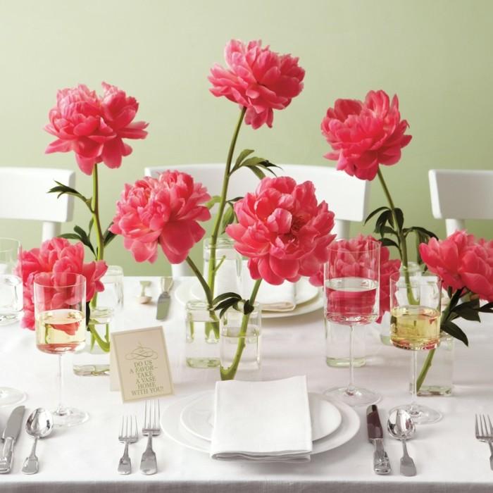 Tischdekoration mit großen rosa Blüten