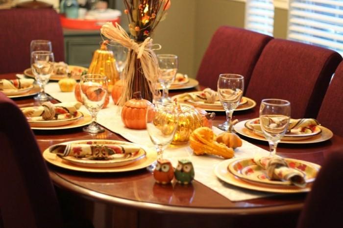 Tischdekoration mit künstlichen Kürbissen