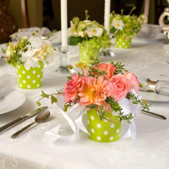 Tischdekoration mit kleinen Blumentöpfen