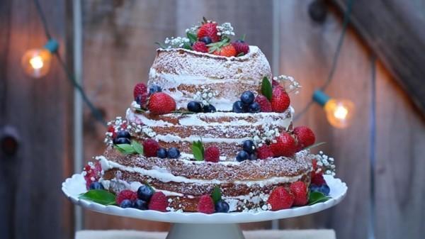 Tortenständer mehrere Niveaus selbstgemachter Kuchen