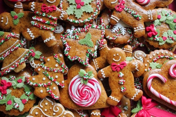 Traditionelle Lebkuchen für Weihnachten mit verschiedener farbiger Deko