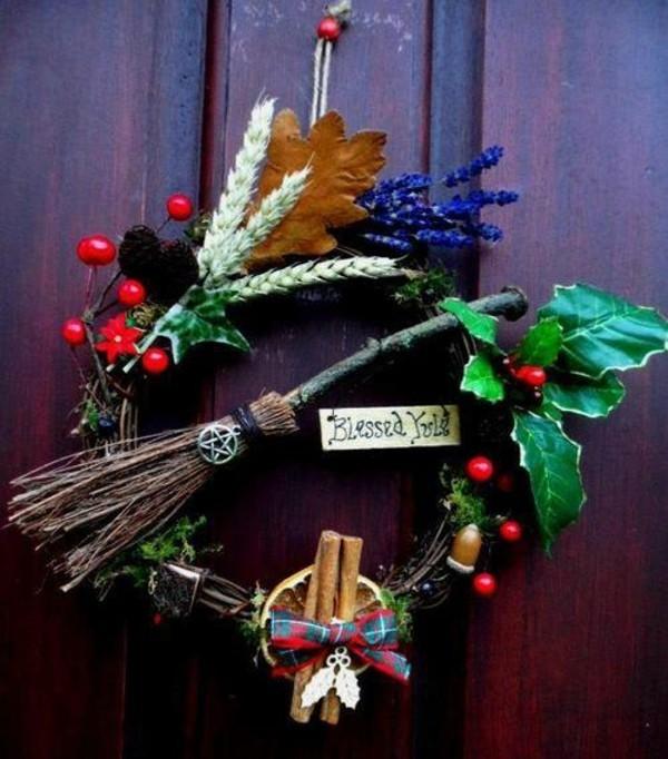 Verspielte Idee für Türkranz zu Weihnachten