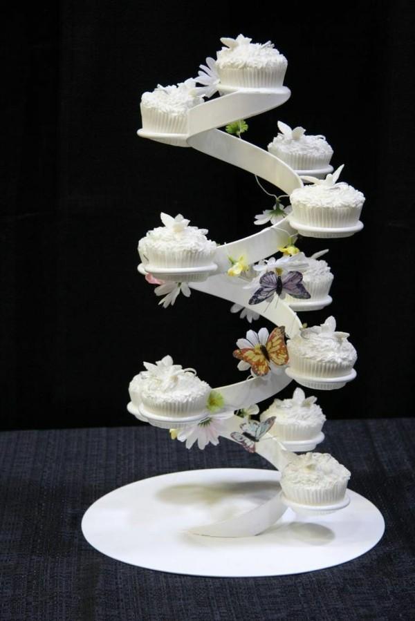 Weiße Cupcake Etagere treppen