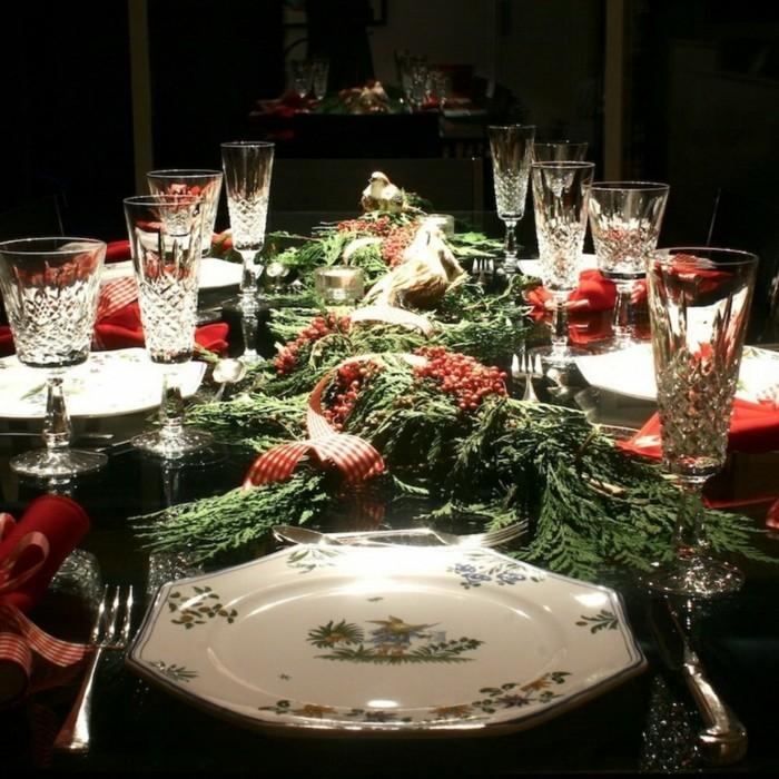 Weihnachtliche Dekoration mit Tannenbaumzweigen und Hagebutten