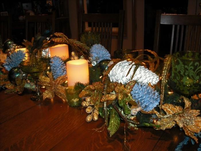 Weihnachtliche Dekoration mit grünen und weihnachtlichen goldenen Blättern